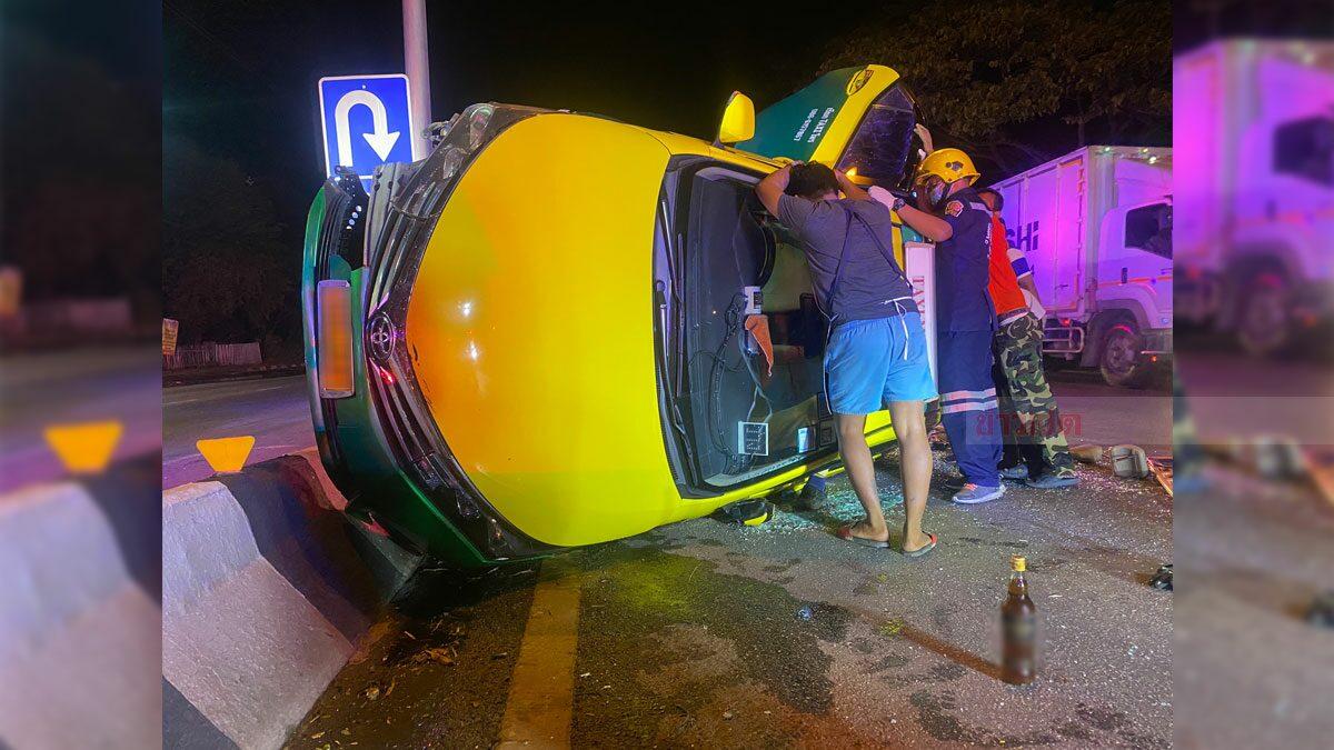 โชเฟอร์เมาแอ๋ ขับแท็กซี่ชนเสาไฟฟ้า เปิดรถมากลิ่นยาดองคลุ้ง