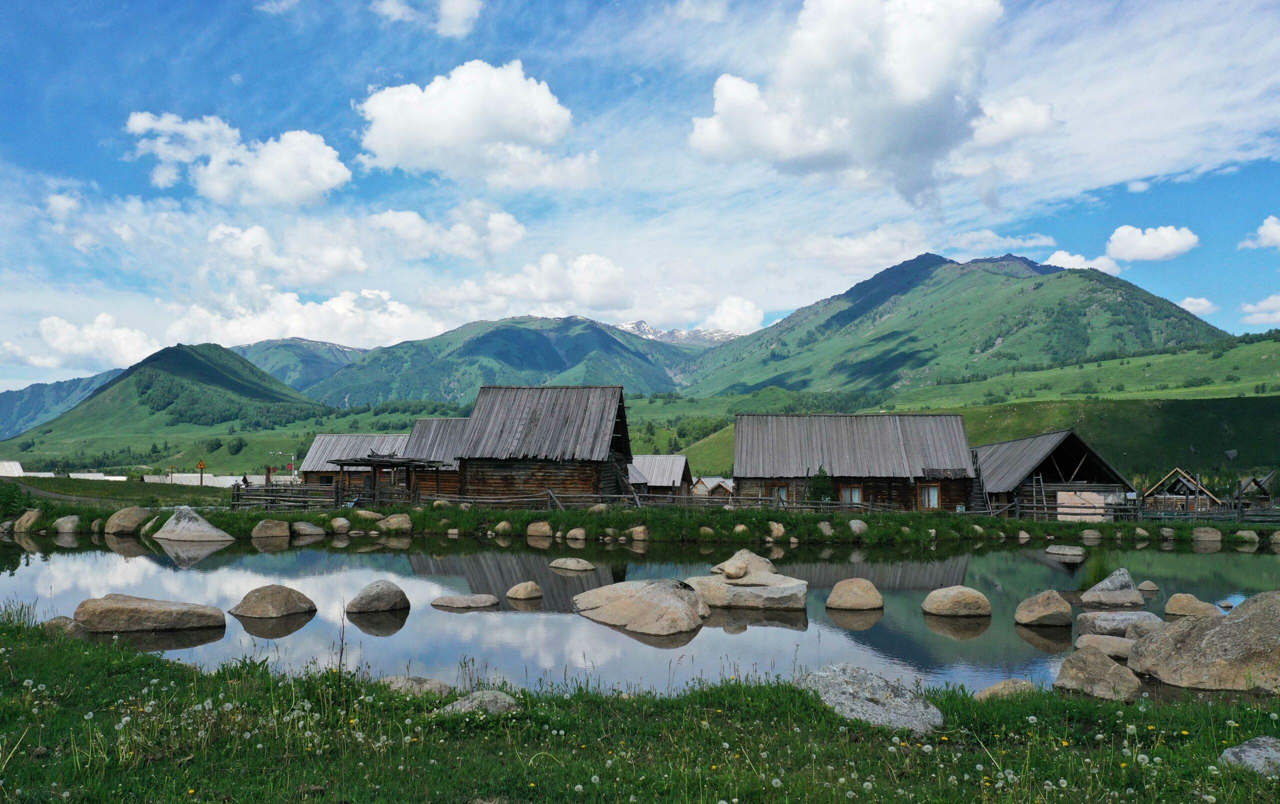 ยลทิวทัศน์รื่นรมย์ของหมู่บ้านกลางป่าเขาซินเจียง