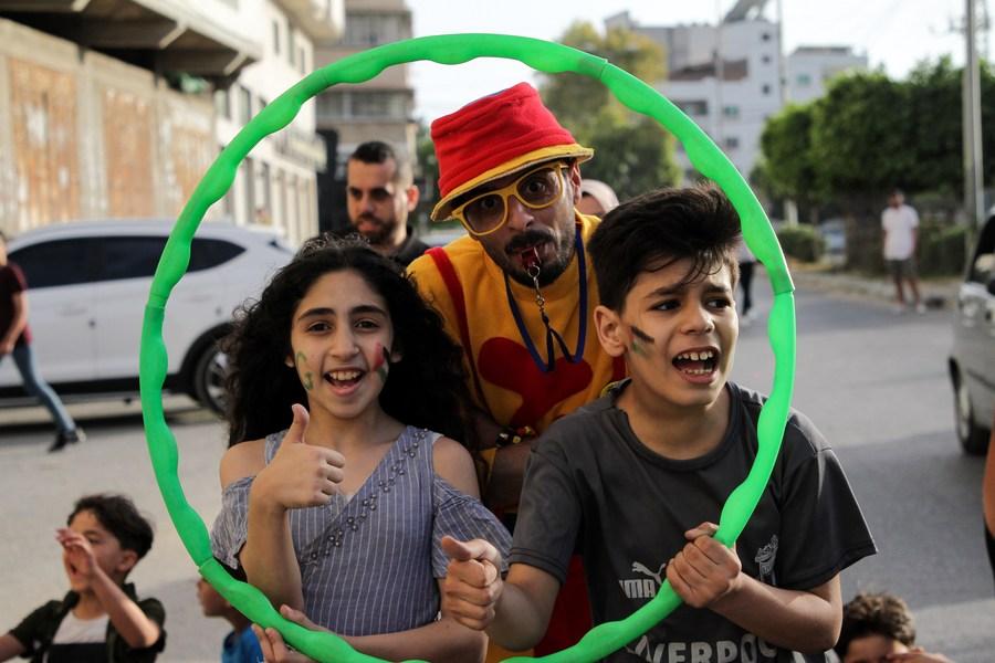 การแสดงริมถนนเรียกรอยยิ้มเด็กน้อยในกาซา