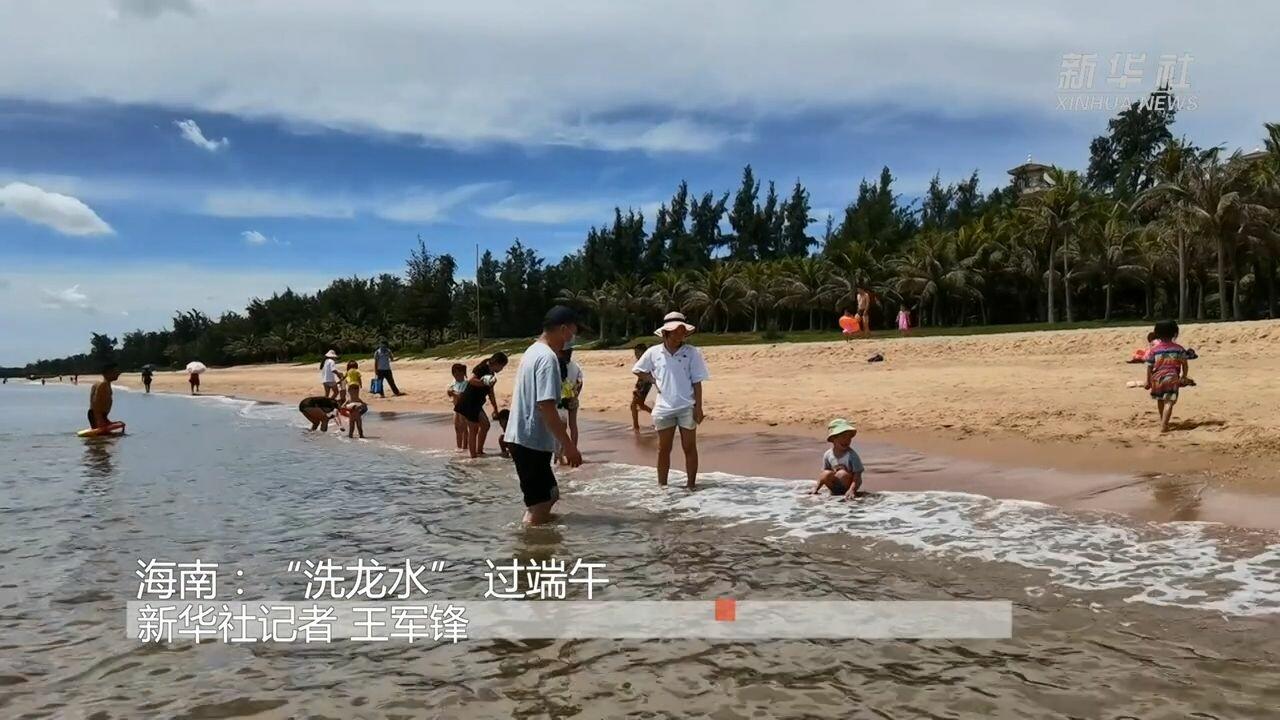 ชาวไห่หนานแห่ 'อาบน้ำมังกร' รับพรช่วงเทศกาลเรือมังกร