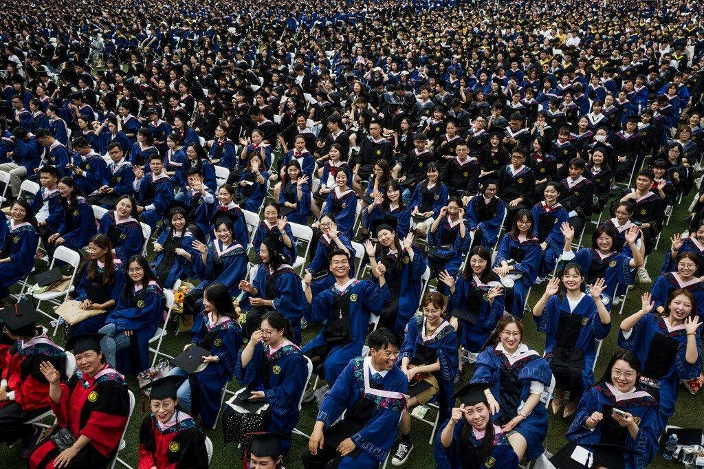บัณฑิตใหม่ในอู่ฮั่นกว่าหมื่นคน ร่วมพิธีจบการศึกษา โนเว้นระยะห่าง โนหน้ากาก!