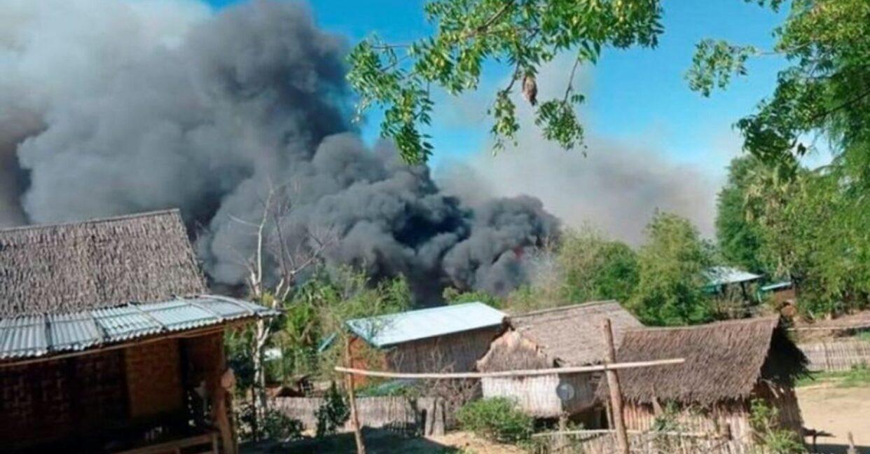 หมู่บ้านในเมียนมาถูกเผาราบ หลังฝ่ายความมั่นคงปะทะกลุ่มติดอาวุธ
