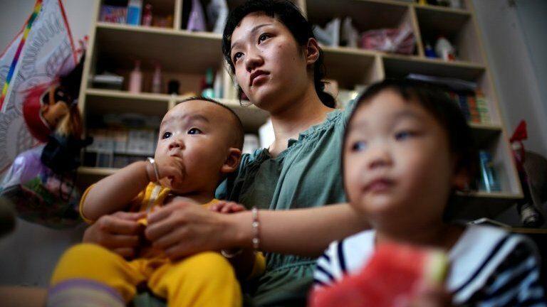 """นโยบายลูกสามคนของจีน ผู้หญิงสงสัย """"ทำไมคุณถึงเห็นแต่เพียงมดลูกของฉัน"""""""