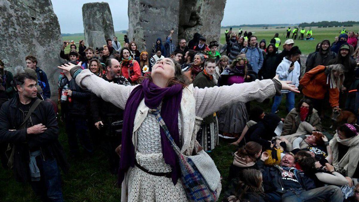 วันครีษมายัน ชาวอังกฤษนับร้อยบุกสโตนเฮนจ์เมินโควิด