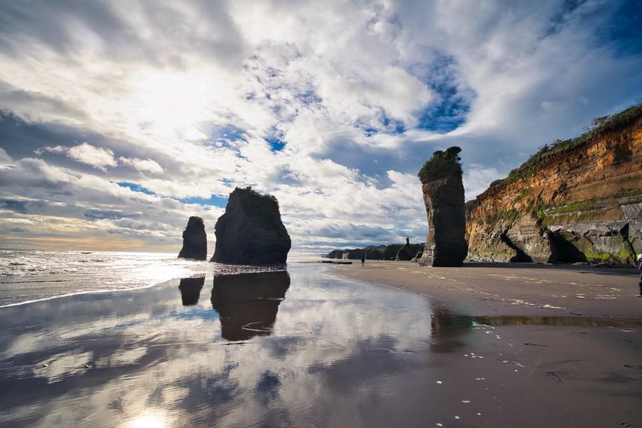 'หินสามพี่น้อง' และ 'หินช้าง' ริมทะเลนิวซีแลนด์