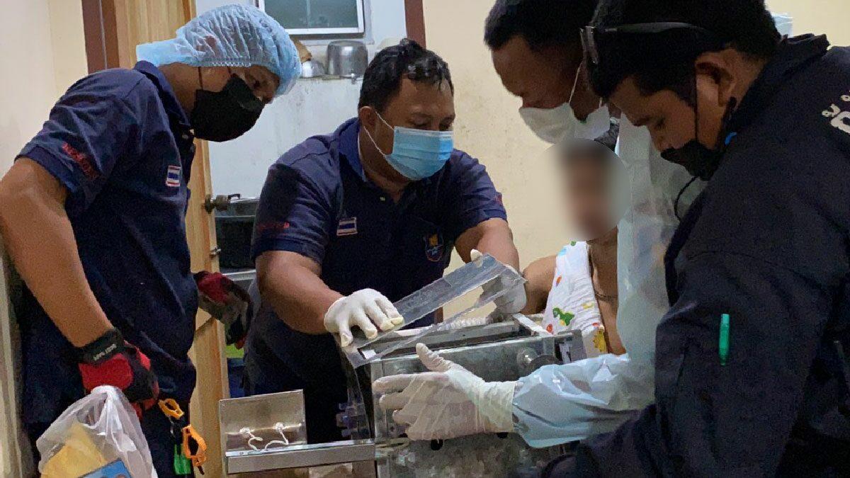 กู้ภัยรุดช่วย หนุ่มช่วยแม่ทำบัวลอยขาย พลาดถูกเครื่องนวดแป้งหนีบนิ้วมือ