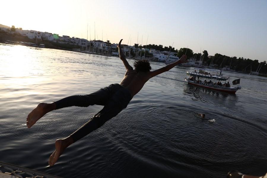 เด็กๆ กระโดดเล่น 'แม่น้ำไนล์' คลายร้อนในอียิปต์