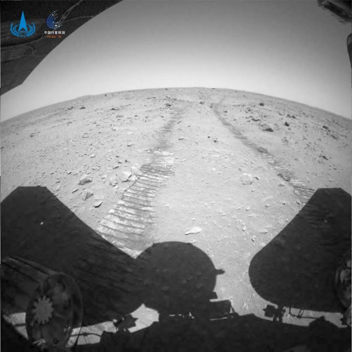 จีนเผยภาพ-วิดีโอ ยานสำรวจ 'จู้หรง' ร่อนแตะพื้นผิวดาวอังคาร