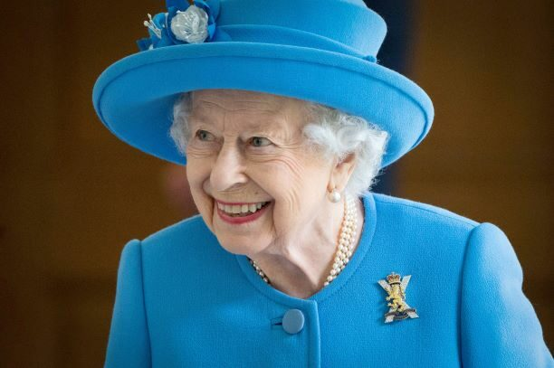 """ควีนอังกฤษ """"ทรงขับรถ""""ไปพระตำหนักฟร็อกมอร์ ที่เจ้าชายแฮร์รี กักตัว ก่อนร่วมพิธีเปิดรูปปั้นเจ้าหญิงไดอานา"""