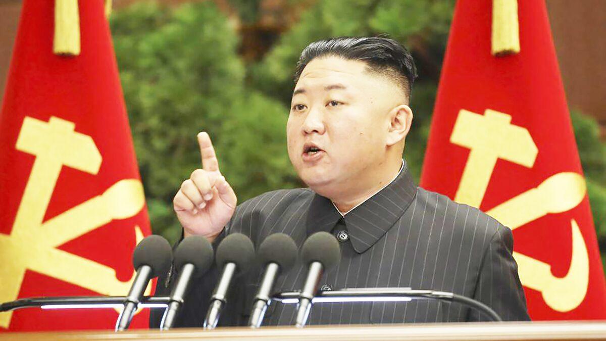 """คิม จองอึน กริ้วเจ้าหน้าที่ """"ประมาทเลินเล่อ"""" พาชาติเผชิญเหตุร้าย คาดโยงโควิด-19"""