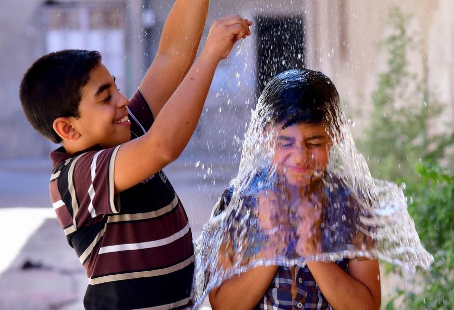 สาดให้สะใจ! เด็กซีเรียหาวิธีคลายร้อนในดามัสกัส