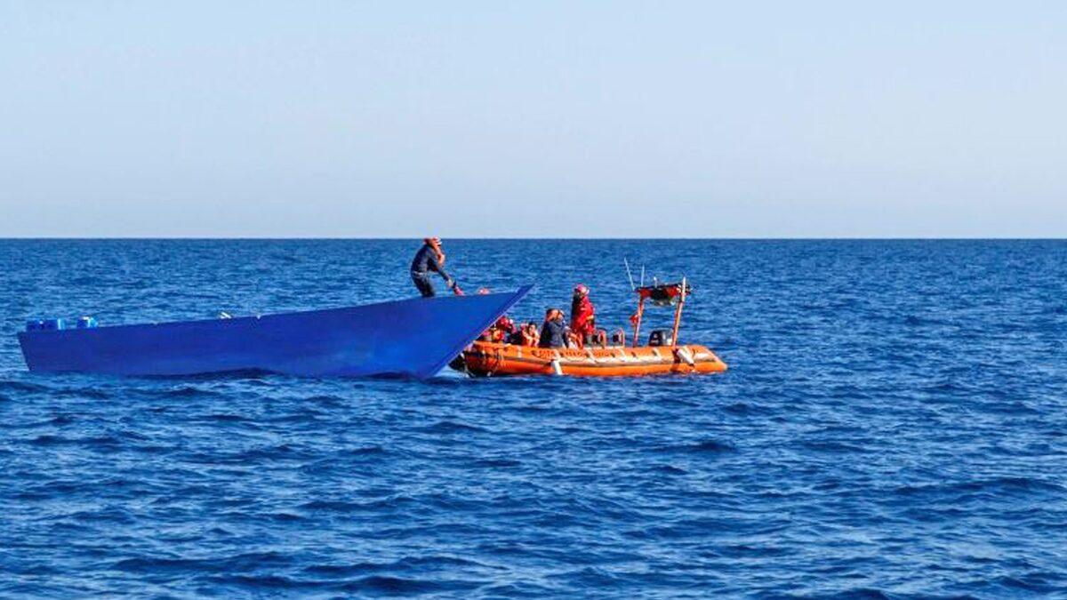 """เรือบรรทุกลี้ภัย """"ล่มอีก"""" หวั่นดับทะลุ 40 ศพ-ทัพเรือตูนิเซียเร่งค้นหา"""