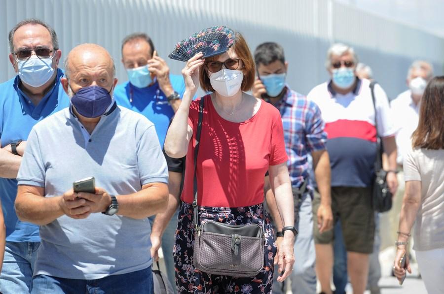 ชาวสเปนต่อแถวยาวเหยียด รอรับวัคซีนโควิด-19