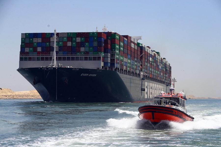 เรือ 'เอเวอร์ กิฟเวน' แล่นออกจาก 'คลองสุเอซ' หลังบรรลุข้อตกลง