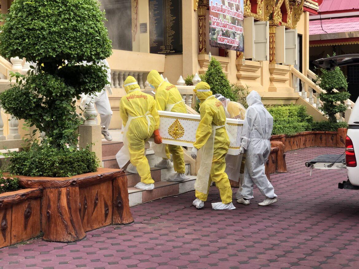 """""""วัดบางพลีใหญ่กลาง""""พาญาติทำบุญอุทิศส่วนกุศลให้ 35 ศพที่เสียชีวิตจากติดเชื้อโควิด"""