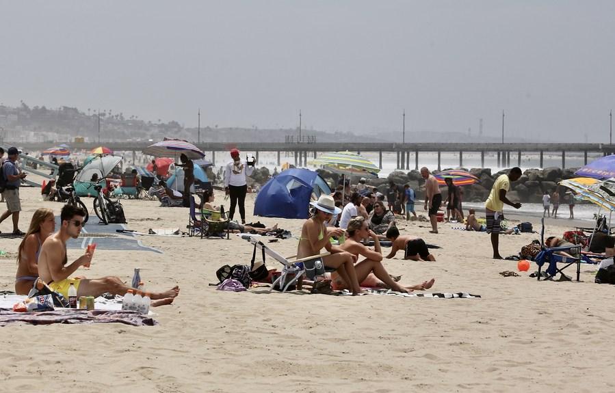 ชาวลอสแอนเจลิส แห่เที่ยวคลายร้อนที่หาดเวนิซ