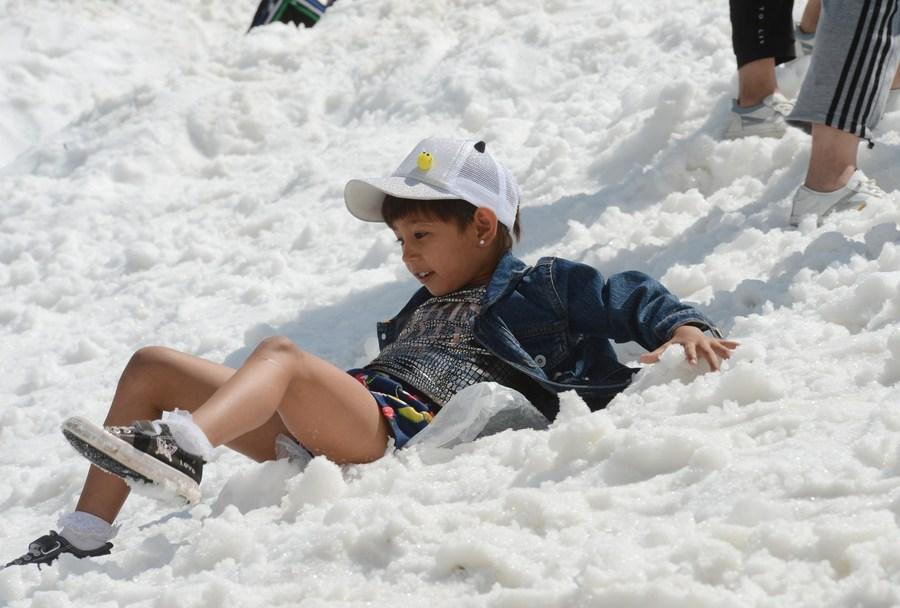 นักท่องเที่ยวแวะชม 'หิมะฤดูร้อน' ในซินเจียง