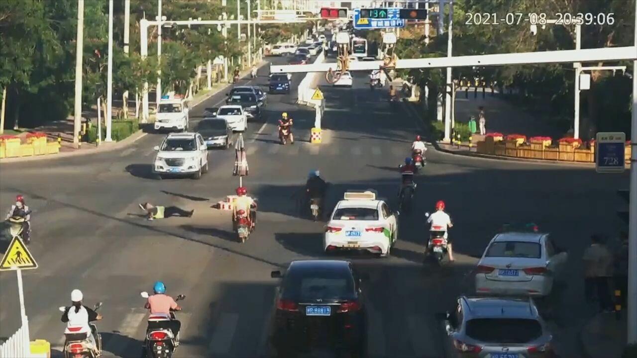 ผู้สัญจรในซินเจียงแห่ช่วย 'ตำรวจจราจร' เป็นลมล้มกลางถนน