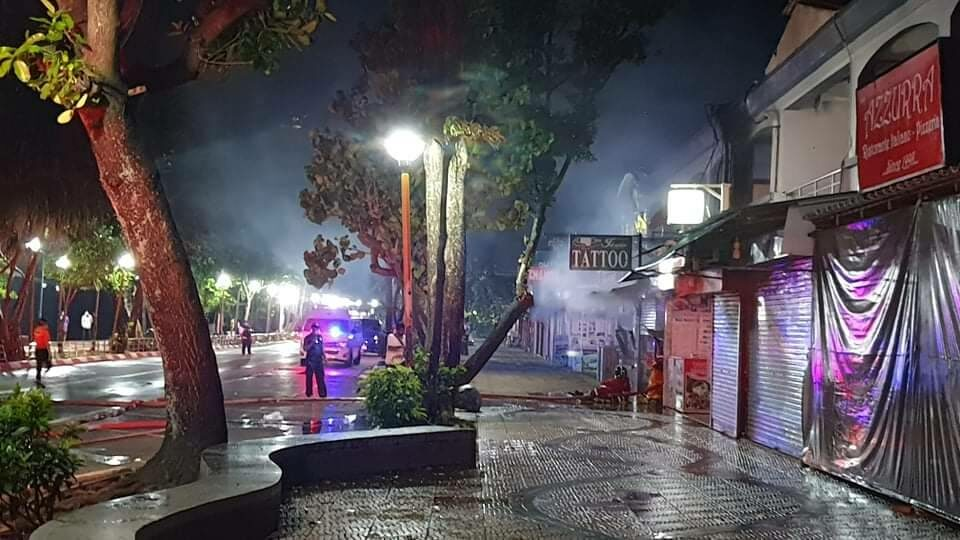 ระทึก! ไฟไหม้ร้านเสื้อผ้าย่านอ่าวนาง จนท.สกัดไว้ทัน ก่อนหวิดลามร้านข้างๆ