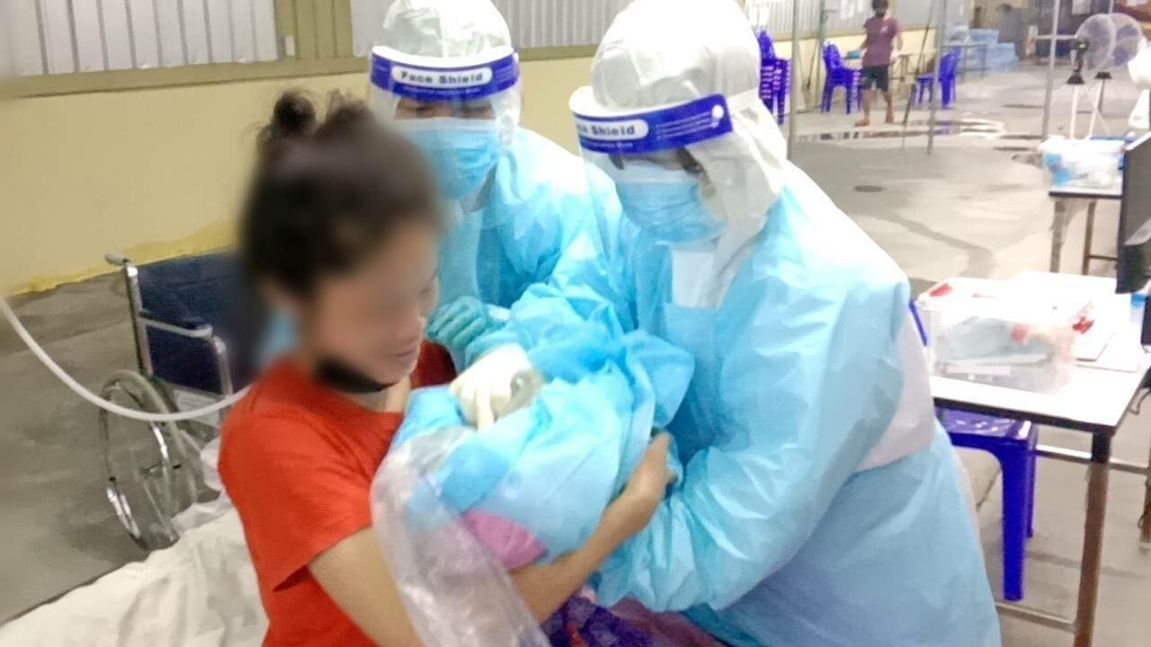 กองทัพไทย ชื่นชมทีมแพทย์-พยาบาล รพ.สนาม สมุทรสาคร ทำคลอดผู้ป่วยโควิด แม่-ลูก ปลอดภัย
