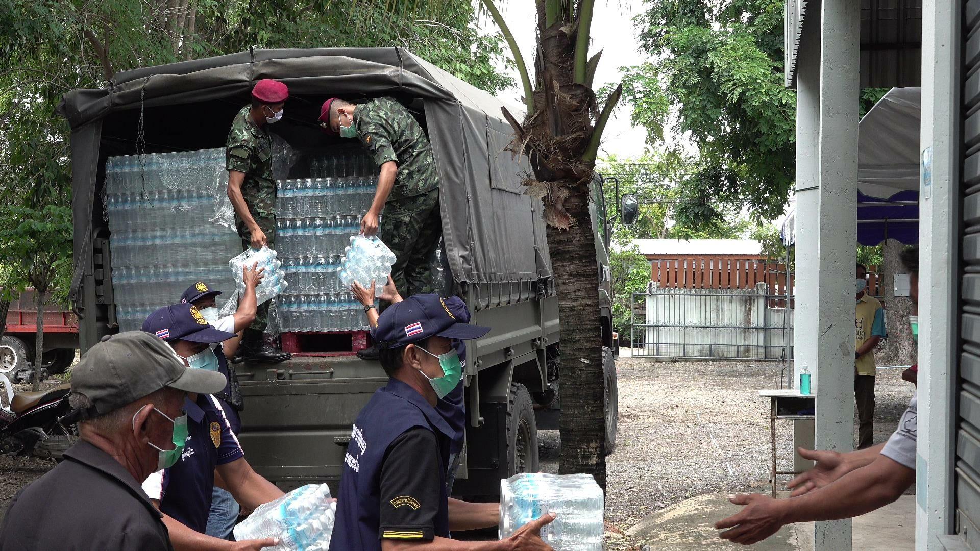 ศูนย์สงครามพิเศษ ลำเลียง สิ่งของเครื่องอุปโภค-บริโภค พร้อมน้ำดื่ม ช่วยเหลือผู้กักตัว