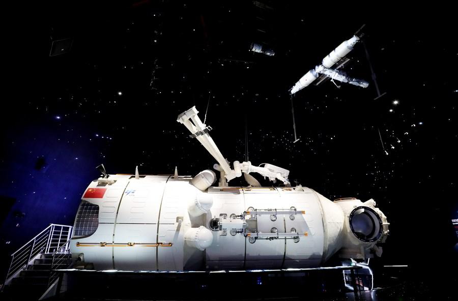 ชาวจีนแห่ชมแบบจำลอง 'โมดูลหลักสถานีอวกาศเทียนเหอ' ในเซี่ยงไฮ้