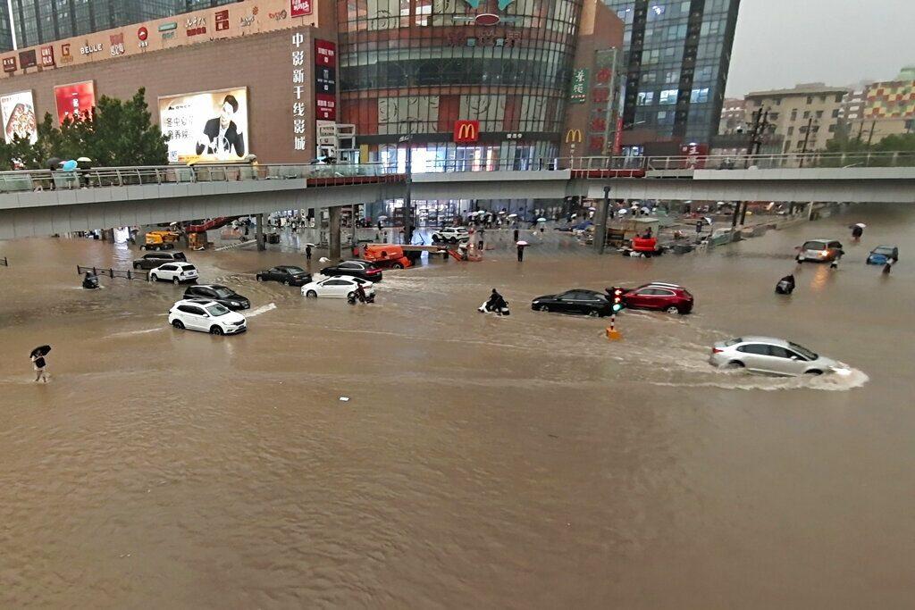 เหอหนานจมบาดาล น้ำท่วมสถานีรถไฟฟ้าใต้ดิน ผู้โดยสารออกมาไม่ได้