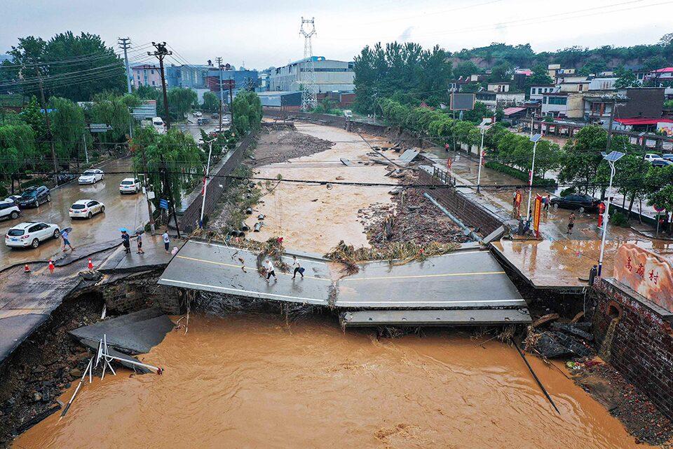 ทำไมจีนถึงน้ำท่วมหนักเป็นประวัติการณ์ ถึงขั้นคนจมดับในรถไฟใต้ดิน
