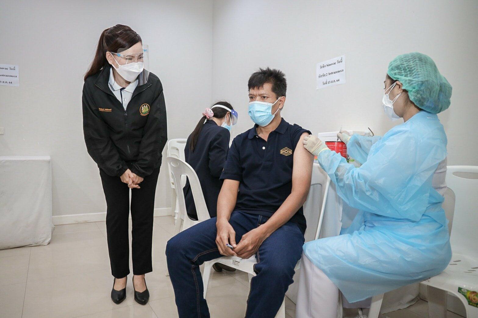 รมว.สุชาติ มอบที่ปรึกษา ลุยพระราม 2 ตรวจเยี่ยมการฉีดวัคซีนผู้ประกันตน ม.33