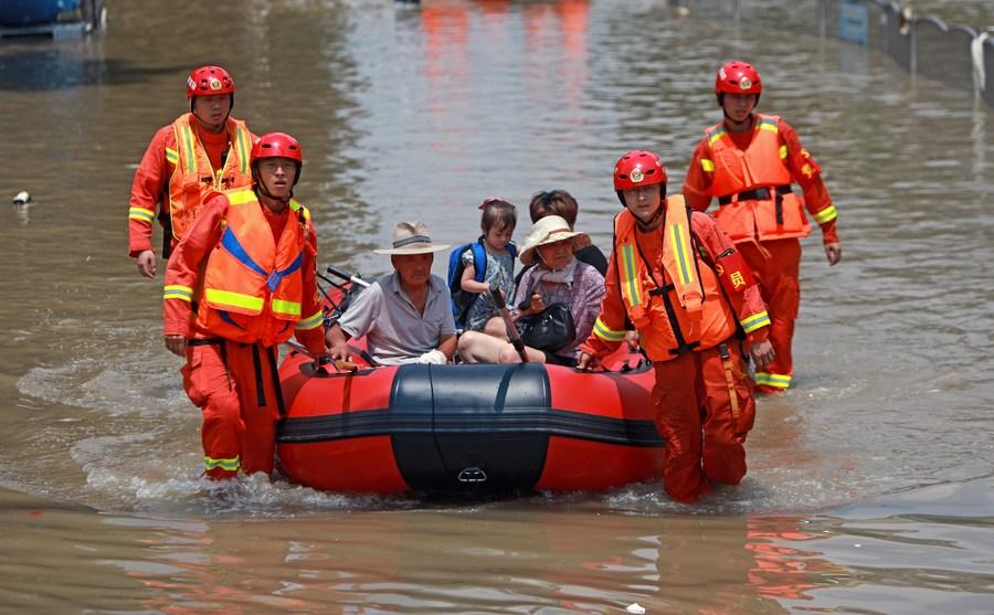 กู้ภัยช่วยอพยพ-แจกจ่ายน้ำดื่มให้ 'ผู้ประสบอุทกภัย' ในเหอหนาน