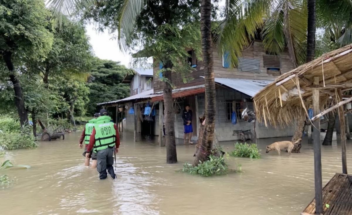 ตชด. ช่วยชาวบ้านน้ำท่วมจากพายุเจิมปากา