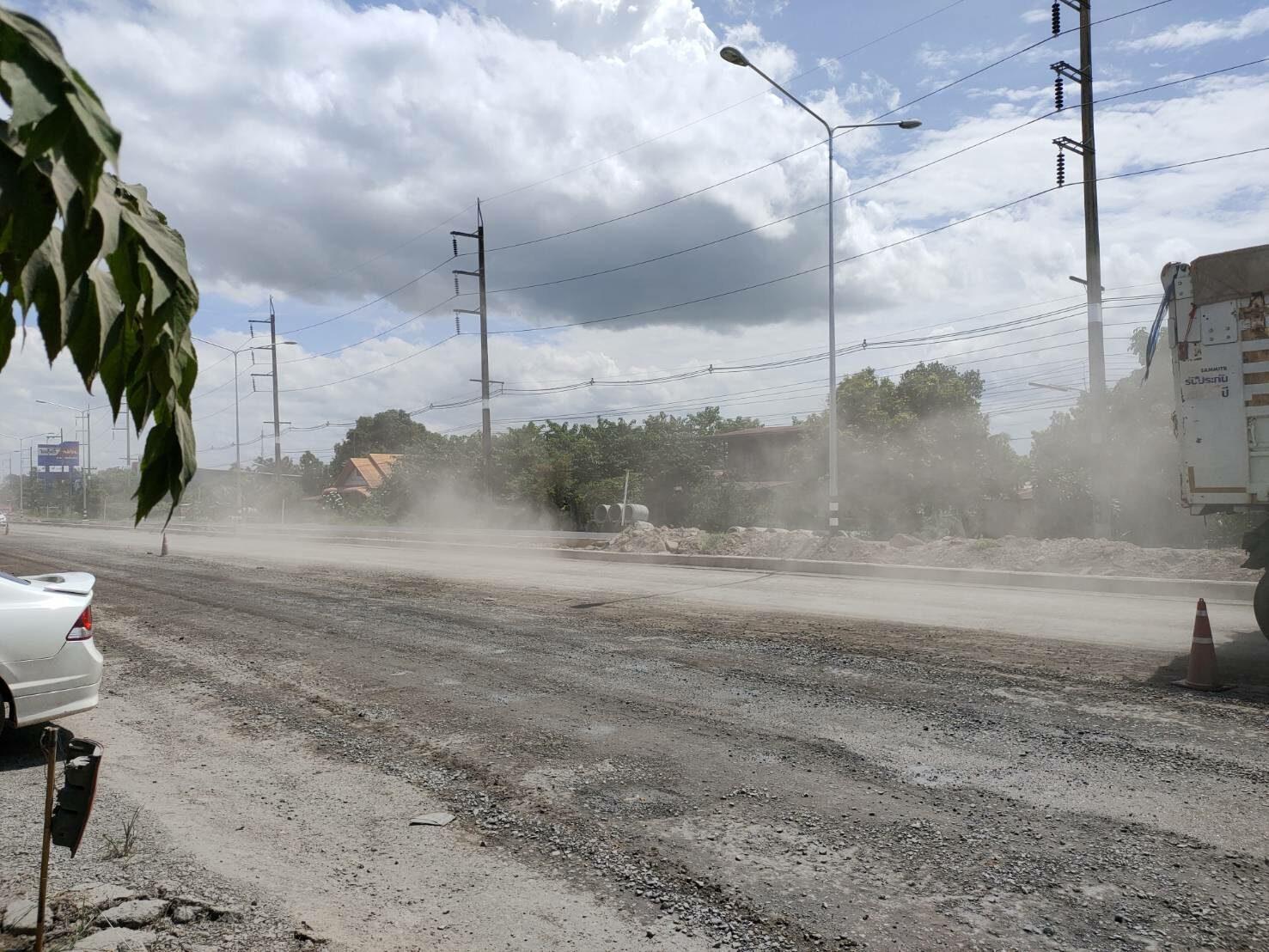สร้างถนนบ้านหัวทราย ชาวบ้านเดือดร้อนฝุ่นปลิวเข้าบ้านเรือน