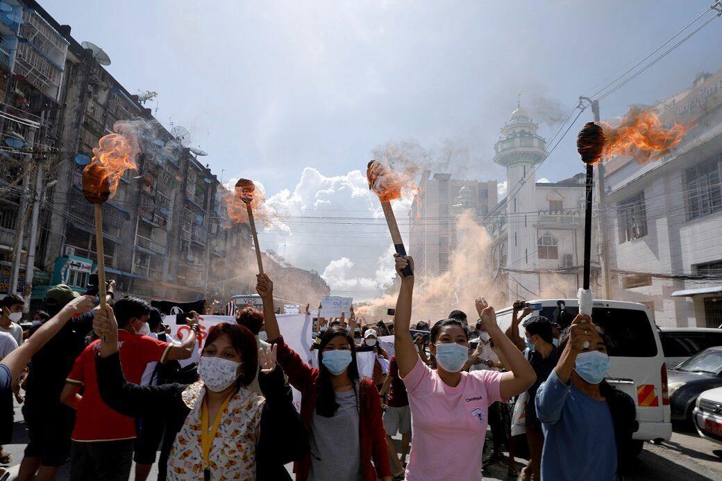 ชาวเมียนมาเดินขบวนแสดงพลังต่อต้านรัฐประหารครบ 6 เดือน ยิงพลุสนั่นย่างกุ้ง
