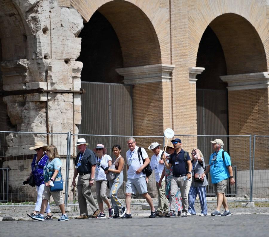นทท. ตบเท้าเยือน 'โคลอสเซียม' แหล่งท่องเที่ยวสุดฮิตในอิตาลี