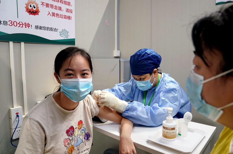 เซี่ยงไฮ้เริ่มฉีดวัคซีนโควิด-19 ให้เยาวชนอายุ 15-17 ปี