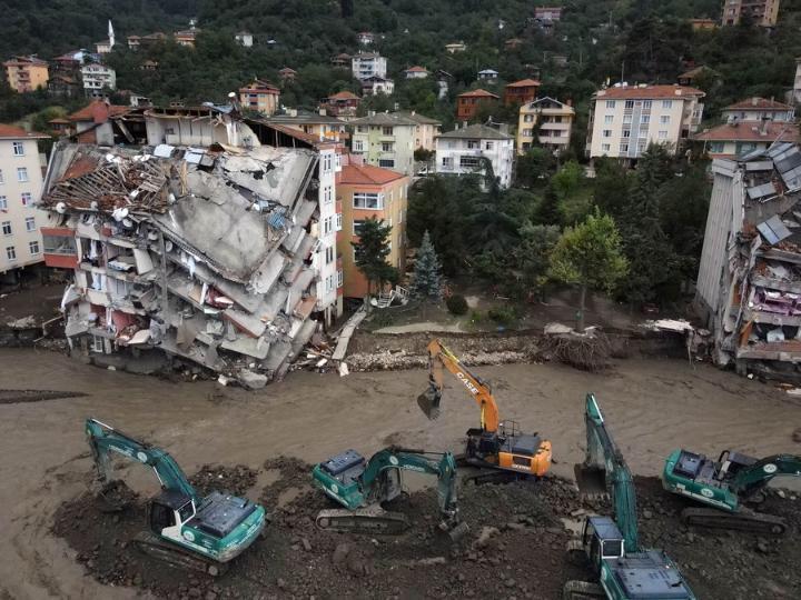 เหตุ 'น้ำท่วมฉับพลัน' ในตุรกี อาคารพังเสียหาย รถยนต์ระเนระนาด