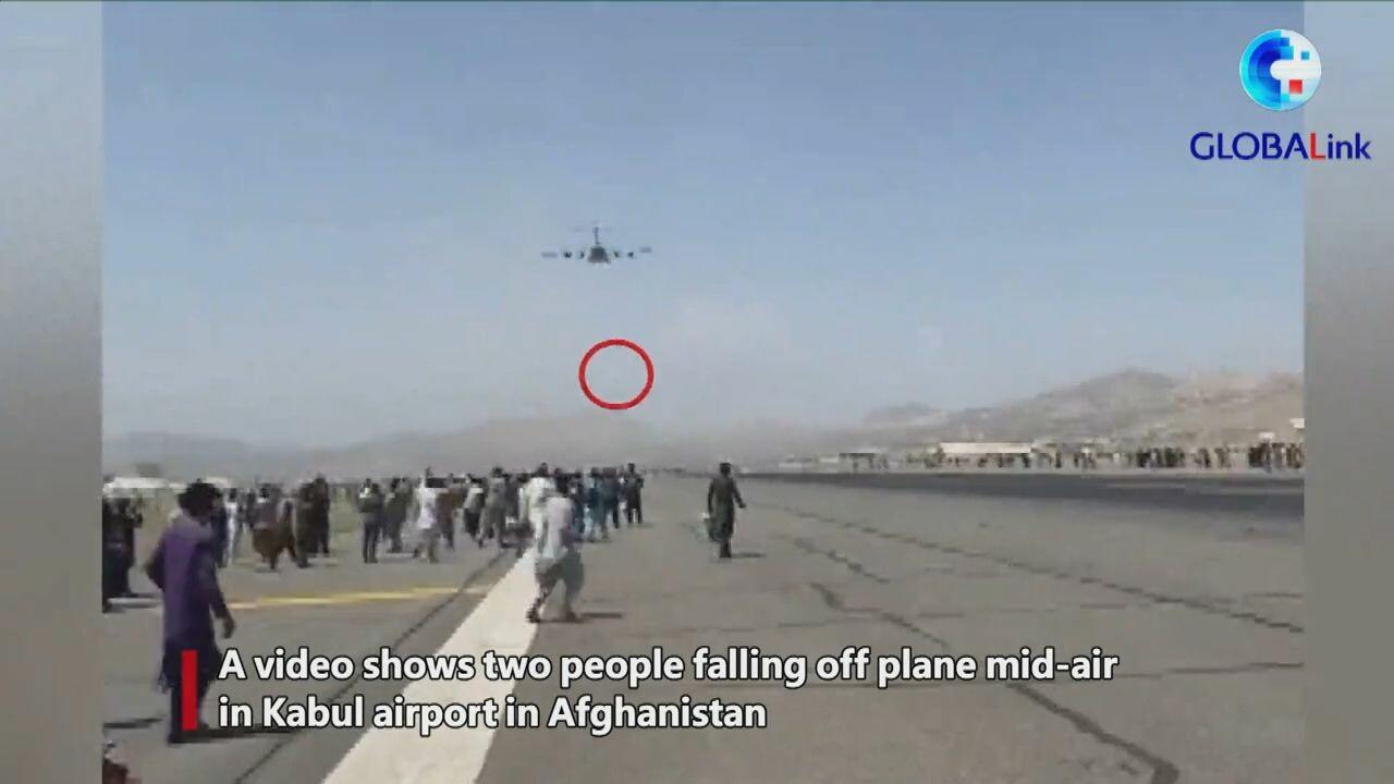 สุดสลด! ชาวอัฟกันเกาะล้อเครื่องบิน ร่วงกลางอากาศดับ 2 ราย