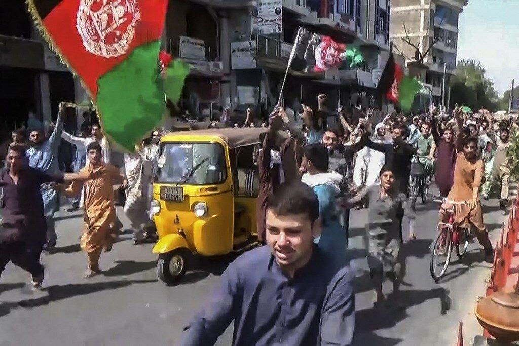 ซัดทาลิบันสกัดอัฟกันหนี ไบเดนชี้ทหารมะกันอาจอยู่เกินเส้นตาย ยิงดับ 3 ศพ เย้ยติดธงชาติอัฟกานิสถาน