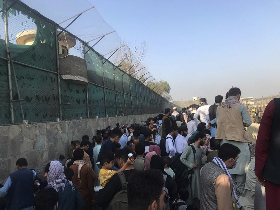 ชาวอัฟกันแห่ออใกล้สนามบิน หวังอพยพออกนอกประเทศ