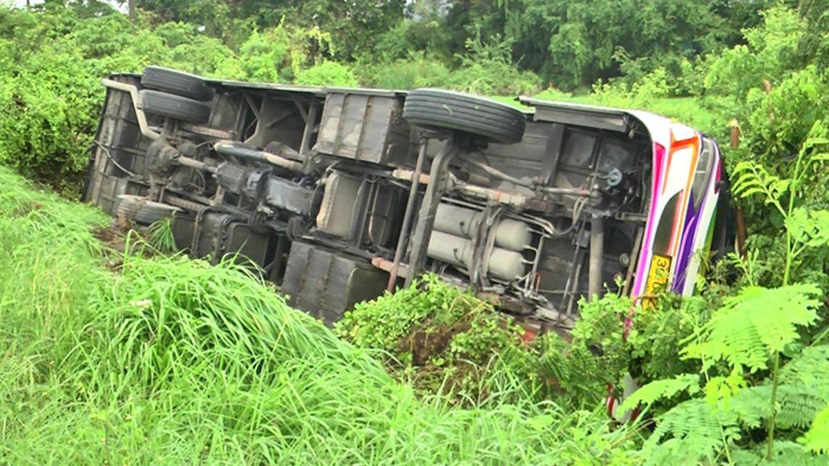 13ชีวิตระทึก! รถบัสรับส่งพนักงาน พวงมาลัยล็อก พุ่งตกถนน เจ็บระนาว