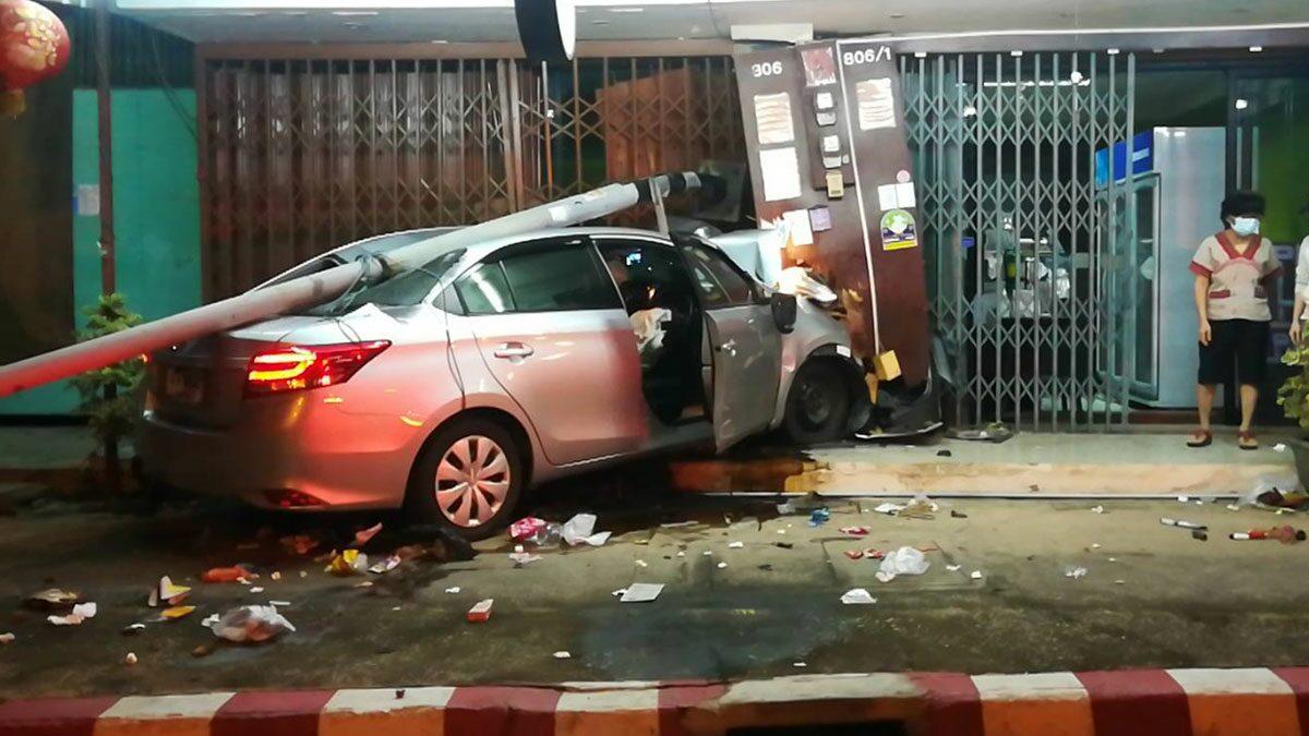 พนักงานโรงแรม ขับเก๋งหลับใน รถหลุดโค้งพุ่งชนร้านเบเกอรี่พังยับ