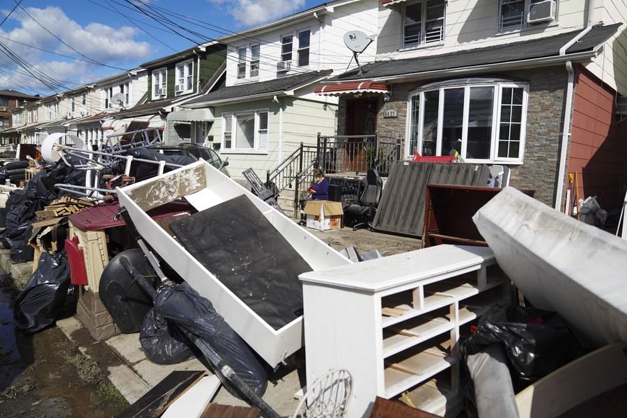 ชาวนิวยอร์กเก็บกวาดเศษซาก ผลพวงพายุ 'ไอดา'