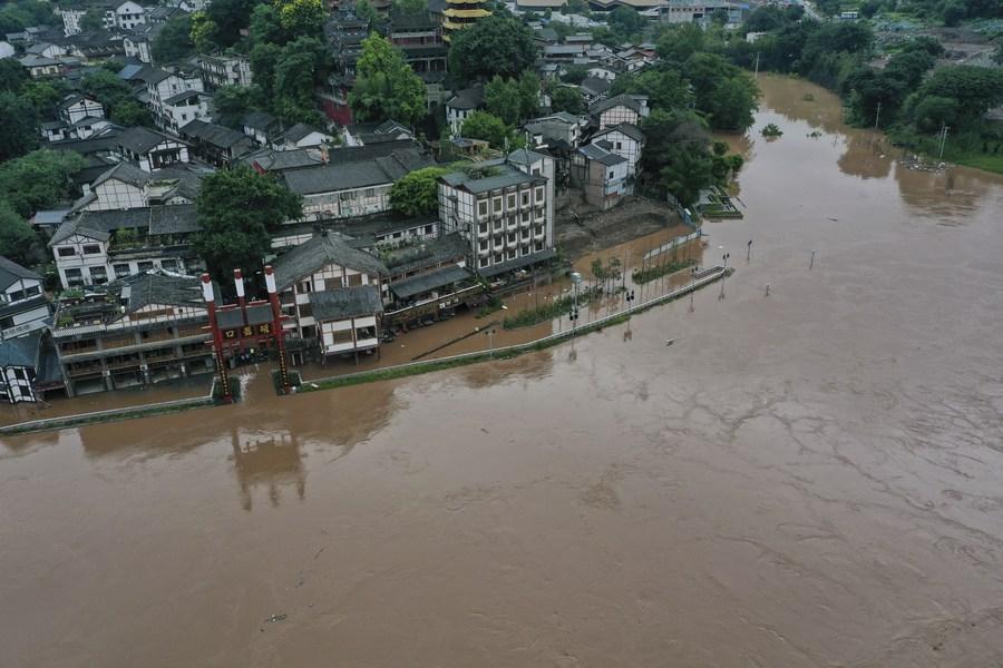 หนีน้ำท่วม! ชาวฉงชิ่งเคลื่อนย้ายของสำคัญจากย่านเมืองเก่า