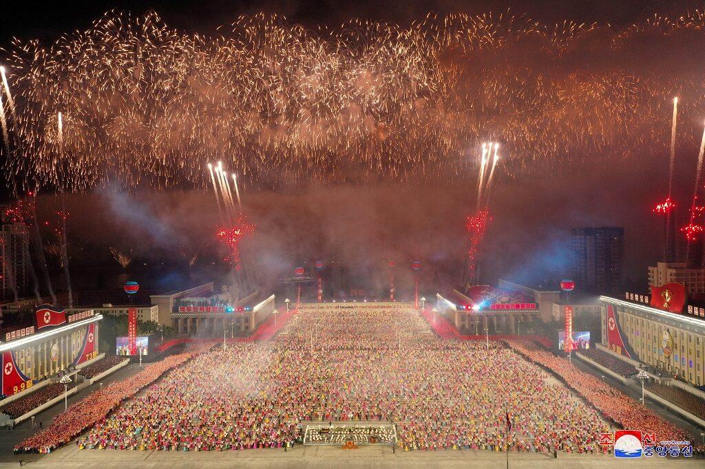 เกาหลีเหนือจัดพิธีสวนสนามกลางดึก ฉลอง 73 ปีวันชาติ