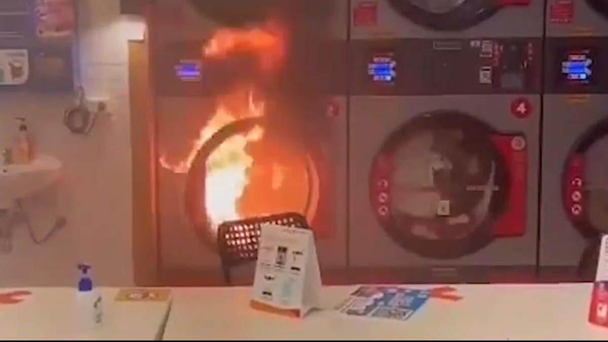 ลืมไฟแช็กในกางเกง! เครื่องซักผ้าระเบิด ไฟลุกท่วม ดึงมือเด็กน้อยหนีระทึก
