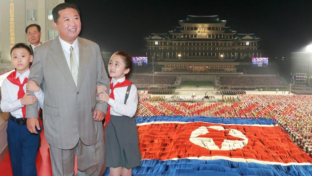 """คิม จองอึน ยิ้มแย้มร่วม """"สวนสนามกลางดึก"""" ฉลอง 73 ปีก่อตั้งเกาหลีเหนือ"""