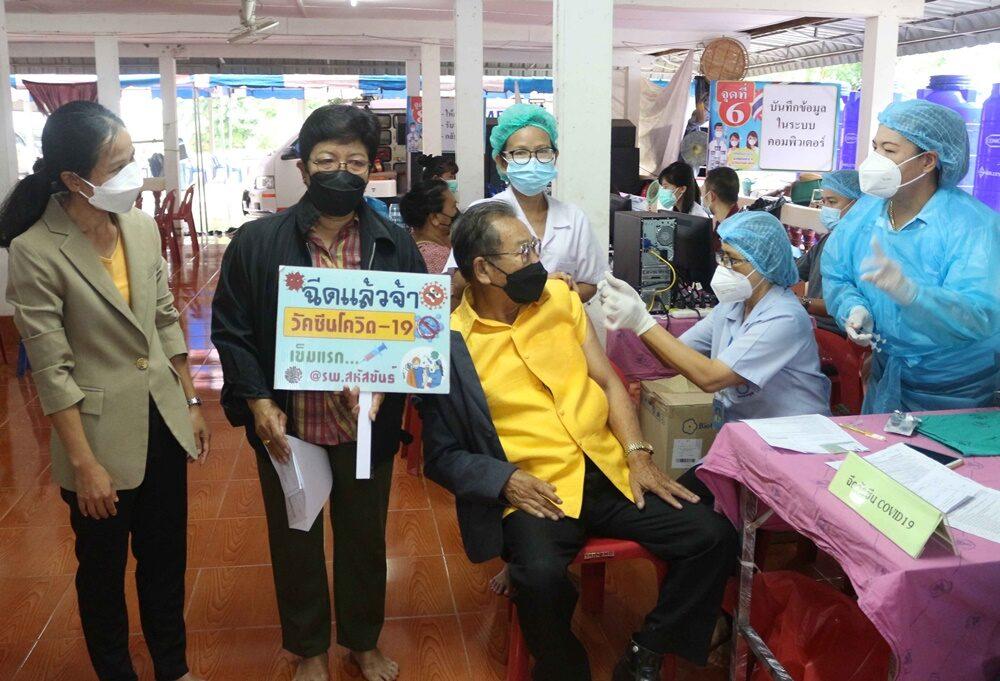 นอภ.สหัสขันธ์ เร่งฉีดวัคซีนเชิงรุกกลุ่มเปราะบาง ผู้ป่วย 8 โรค 8 ตำบล 85 หมู่บ้าน สร้างภูมิคุ้มกันหมู่