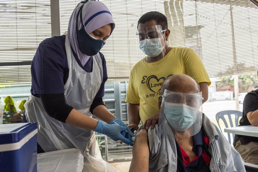 มาเลเซียฉีดวัคซีนโควิด-19 ให้ประชาชนครบโดส 50% แล้ว