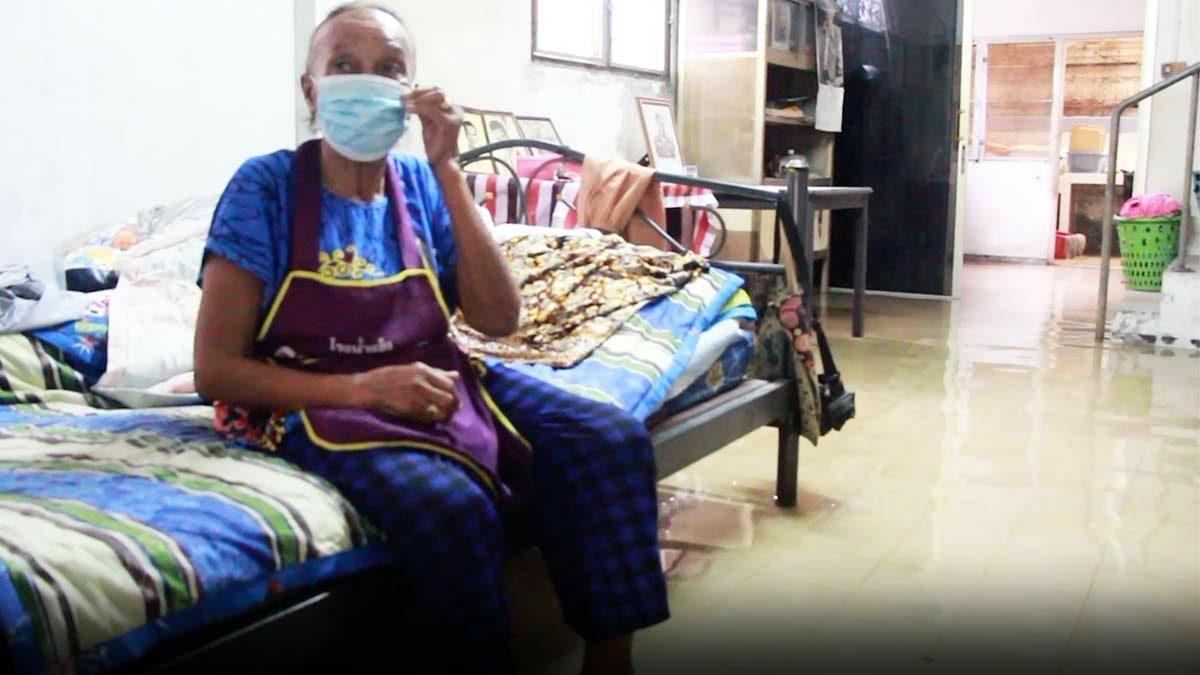 ยายวัย 80 ต้องทนนอนกลางน้ำท่วม ยุงกัด นับสัปดาห์ เหตุท่อระบายน้ำล้น