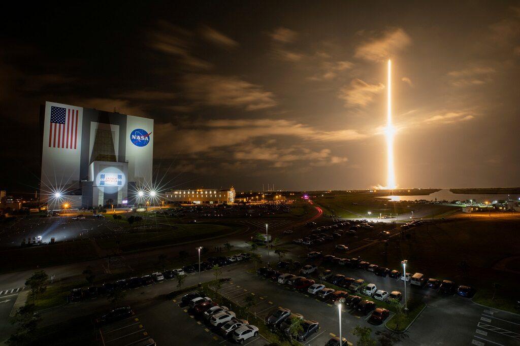 สเปซเอ็กซ์เตรียมส่งยานที่เป็นพลเรือนทั้งลำขึ้นท่องอวกาศครั้งแรก